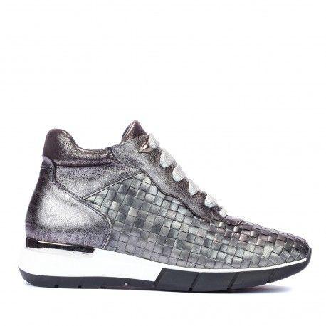 Sneaker metallic trenzado ¿Quién dijo que llevar zapatillas no es ir a la moda?