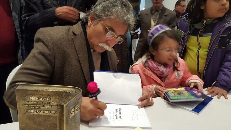 Firmando autógrafos después de la entrega del Premio Feria Internacional del Libro 2016