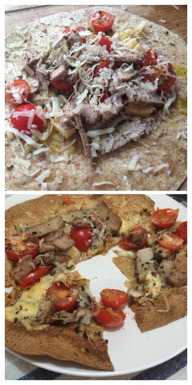 Tortilla integral con trozos de filete de cerdo, tomates cherry, queso vincent y aceite de oliva. Especias de orégano y pimientas negras. Hornear por 10 min a 350 C.