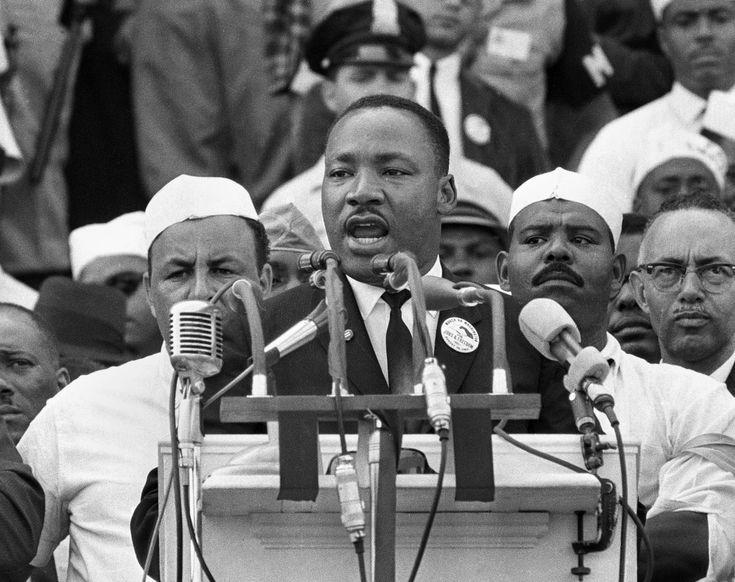 """A MARCHA DE MARTIN LUTHER KING (1963) No dia 28 de agosto de 1963, o ativista de direitos civis Dr. Martin Luther King Jr. fez o discurso que ficou famoso pela frase """"I have a Dream"""", pedindo o fim das políticas discriminatórias nos EUA. Em sua marcha até Washington, mais de 250 mil pessoas ouviram suas palavras no Lincoln Memorial."""