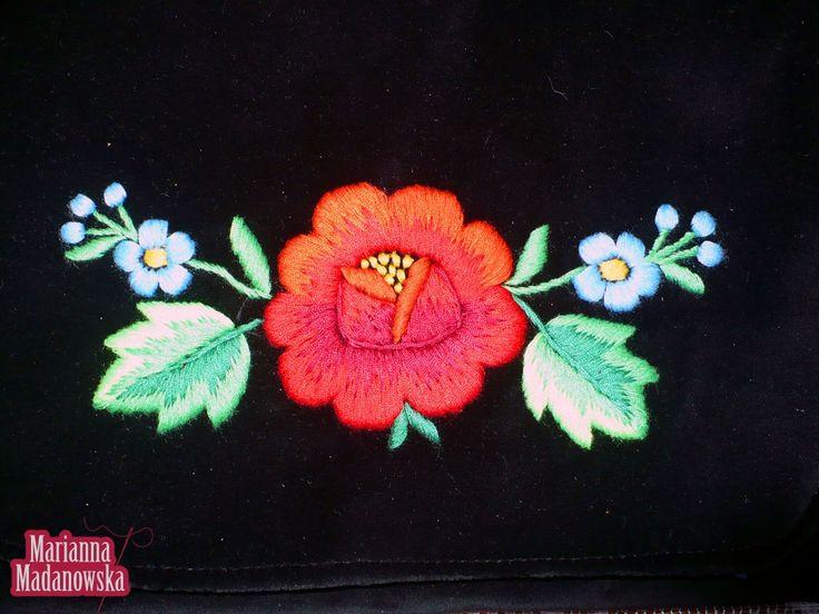 Stworzony przez Mariannę Madanowską łowicki haft ręczny na torebce z aksamitu
