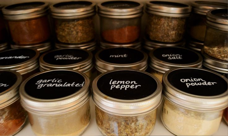 Using chalkboard mason jar lids is an easy and inexpensive way to stay organized. Great way to store your spices in mason jars with clear labels.