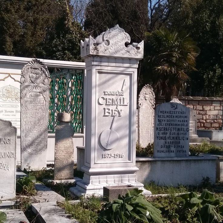 Tanburi Cemil Bey(1873 - 1916), Türktanbur,yaylı tanbur,klasik kemençe,alto kemençe,viyolonselvelavtaustası. Çok sayıda bestesi ve taş plak kayıtları vardır. Yaylı tanburu icad etmiştir. (Merkez Efendi Mezarlığı, Zeytinburnu, İstanbul, Türkiye)