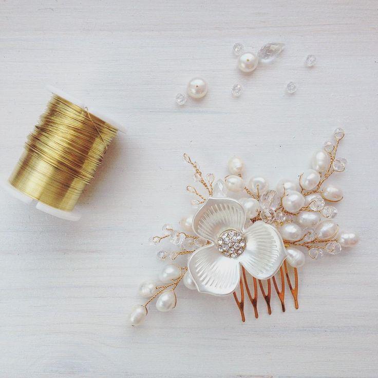 Добрались мы и до золота ✨ Миленький гребень с натуральным крупным жемчугом  Любовь ❤️ 680 грн  #гребень #свадебныепрически #прически #гребень #свадебныйгребень #жемчуг