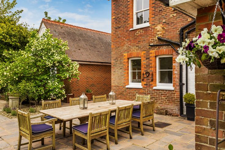The cosy courtyard at Alford Cross is perfect for candle lit dinners with friends or family. Marketed by Grantley, link in bio #Alford #victorian #familyhome #surrey #guildfordroad #Grantley #Grantleygroup