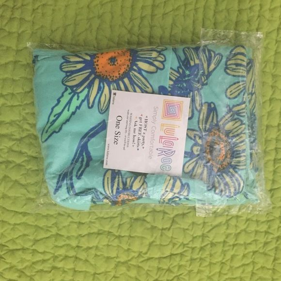 BNWT OS Mint Background Daisy LuLaRoe Leggings BNWT, still in packaging. Purchased these when I gave up on finding my elusive black background Daisy unicorn, then promptly found a pair of the black background. LuLaRoe Pants Leggings