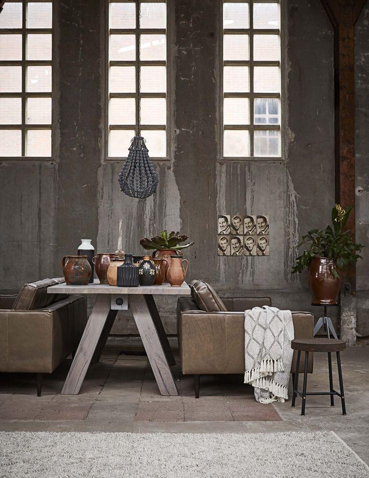 Woonkamer met betonnen muur | Living room with concrete wall | Grote tafel met keramiek | Big table with ceramics | Bron: vtwonen 4-2016 | Styling Fietje Bruijn | Fotografie Alexander van Berge
