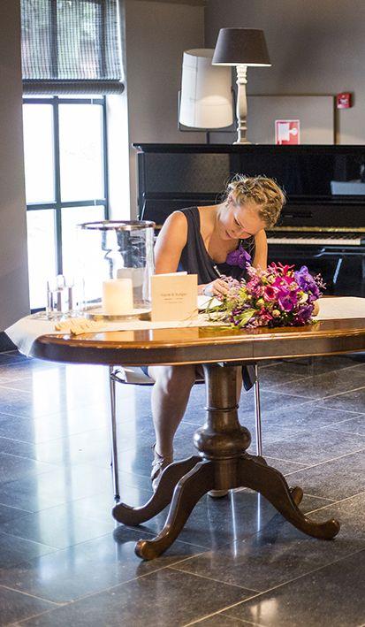 Bruiloftsidee: laat je trouwgasten in het gastenboek schrijven. Mereveld richt een speciaal hoekje in, ook voor de huwelijksbedankjes. #Mereveld Utrecht in TOP 5 populairste trouwlocaties van Nederland!