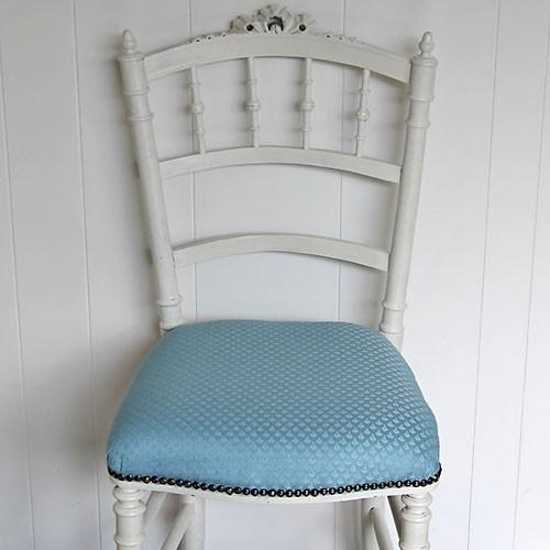 schattig frans brocant stoeltje met dun laagje roomwitte verf voor de shabby look en mooi gestoffeerd met een lichtblauwe/turqoize stof