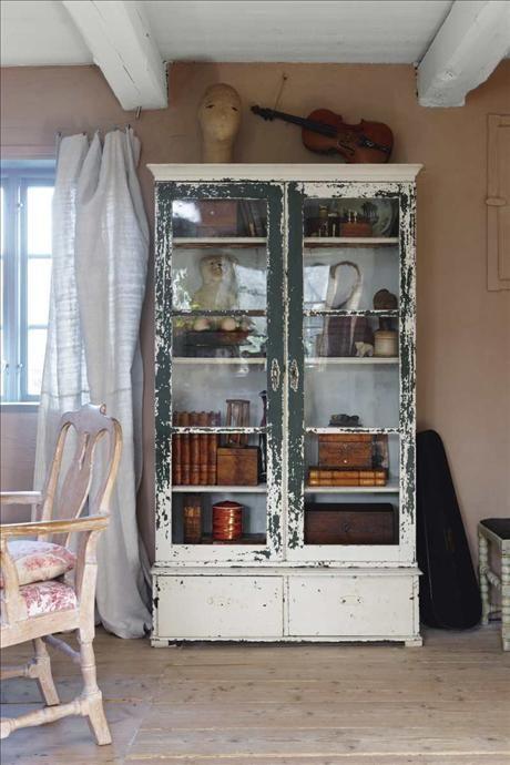 Det slitna vitrinskåpet var ursprungligen ett bokskåp från tidigt 1800-tal, som berövades sin underd...