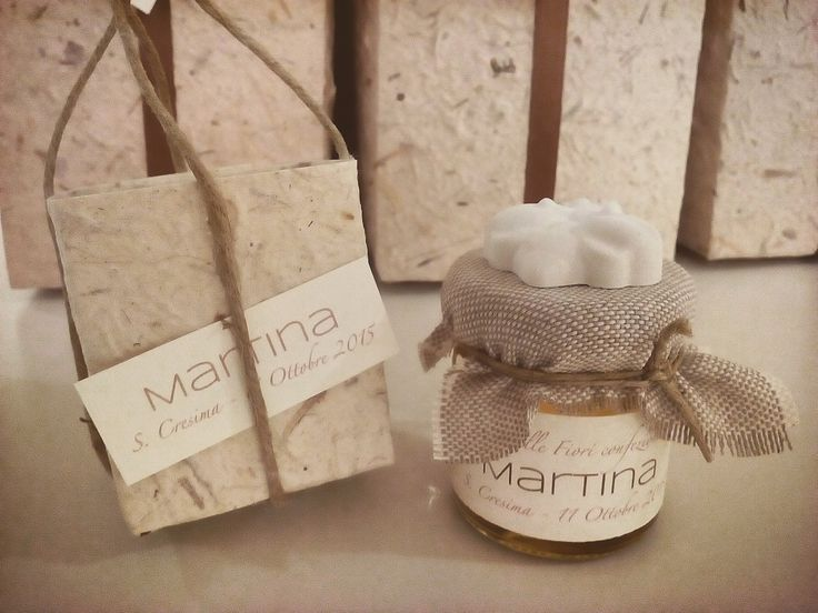 Miele mignon con etichetta personalizzata e sacchettino in carta naturale.