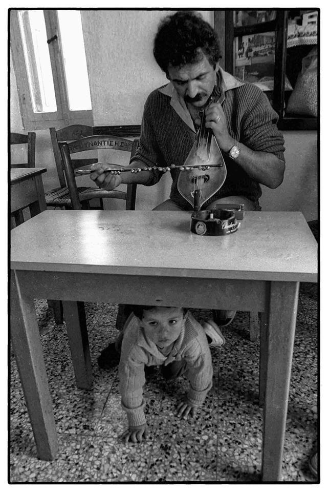 Νίκου Οικονομόπουλου.Ολυμπος Καρπάθου.O λυράρης Μιχάλης Ζωγραφίδης με τον μικρό του γιο Αντρέα.