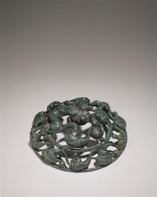 Applique circulaire à décor ajouré provenant d'une tombe à char | Musée archéologie nationale