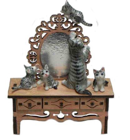 Композиция Кошачья семья на трюмо   Арт. 531274 Кошка и котята фарфоровые, трюмо - деревянное. Зеркало - фольга. Высота композиции 13 см. а эта композиция напоминает нам чем занимаются кошки в отсутствии хозяев. В эту композицю входит трюмо и фарфоровые статуэточки котят - 1100 руб.