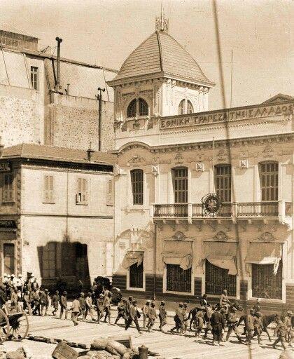 türk askerleri kordondan izmire giriyorlar..9 eylül 1922