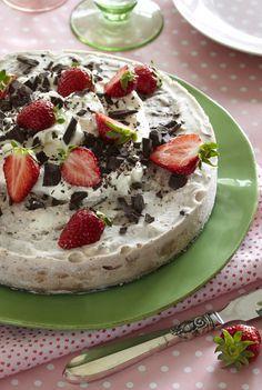 Prøv Baileys i en skøn islagkage, som vil gøre sig perfekt som lækker sommerdessert toppet med søde, friske jordbær og hakket chokolade. Den kan også sagtens laves i en børnevenlig udgave. (Recipe in Danish)