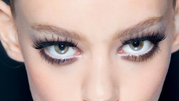 Makijaż oczu - najciekawsze inspiracje - jeśli nie masz pomysłu na makijaż oczu, koniecznie obejrzyj nasze video! Znajdziesz w nim sporo inspiracji, które odmienią twój codzienny look!
