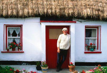 IrelandAran Sweaters, Thatched Roof, Irish Thatched, Beautiful Ireland, Roof Cottages, Things Irish, Buildings Materials, Thatched Cottages, Roof Materials