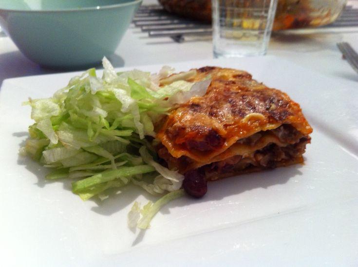 Als je van lasagne houdt, moet je dit recept een keer proberen. Super lekker en weer eens wat anders. Wat heb je nodig? Zelfgemaakte Enchilada saus of andere tomatensaus Lasagnebladen Blikje kidneybonen 400-500 gram gehakt 1 ui 2 teentjes knoflook 1 theelepel gemalen komijn 1 theelepel oregano geraspte kaas Hoe doe je het precies? Rul …