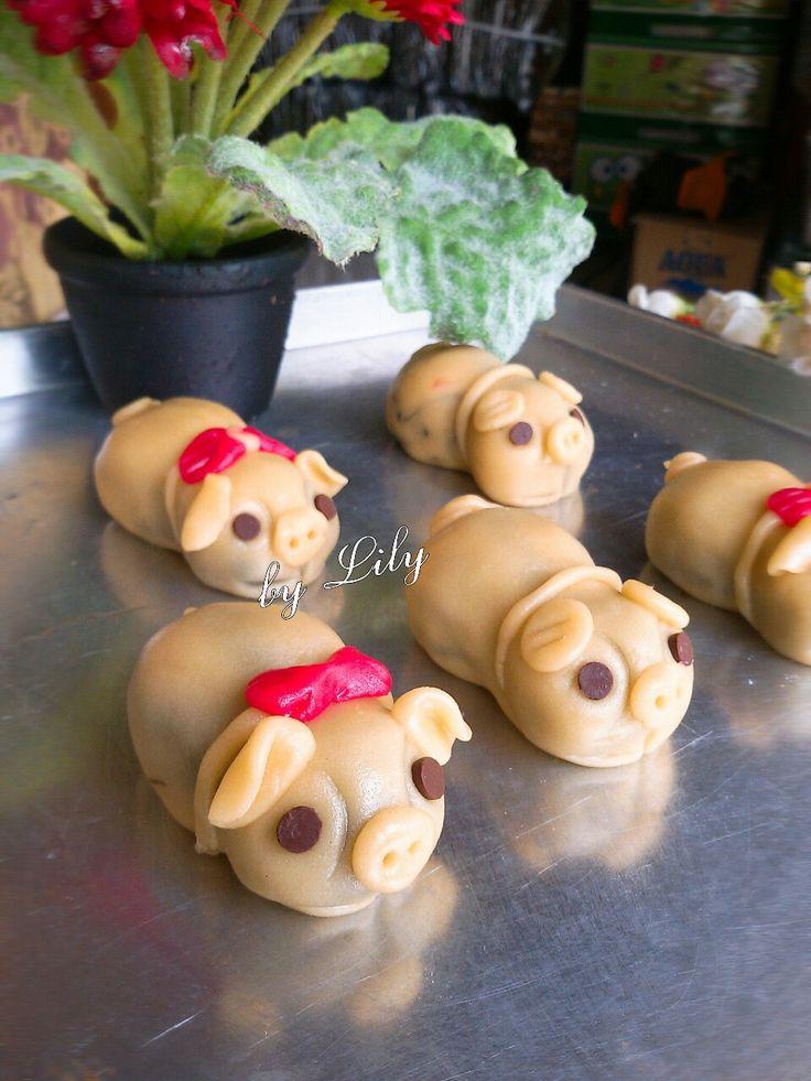 Piggy mooncake