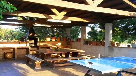 """GIRONA, RIUDARENES. Alquiler masía Can Micos. Capacidad 14/20 personas que dispone de #7_habitaciones con baño más un """"toilette"""" comunitario, 3 salas de estar con chimenea, comedor y cocina. En el exterior porche de madera, #barbacoa, mesa para 20 personas y #piscina vallada. Parcela donde poder jugar a fútbol, básquet, #ping_pong, #petanca y una #cabaña_de_indios para el disfrute de los niños. Vistas al #Montseny, a 2 Km. del pueblo de Riudarenes. #casa_rural_juegos…"""