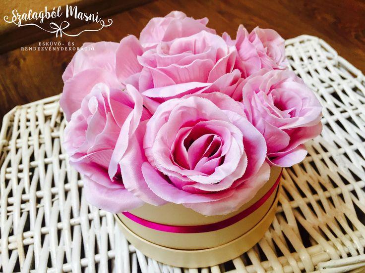 Lila dobozos rózsa apró kis szalaggal, igazi kis ékszer.