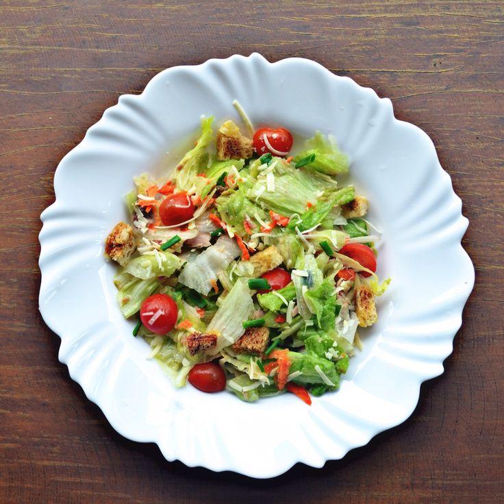 Essa salada é simplesmente deliciosa!!  Você vai precisar: Alface americana Tomates (cereja) Cenoura Atum enlatado Parmesão ralado Croûtons ( Clique aquie …
