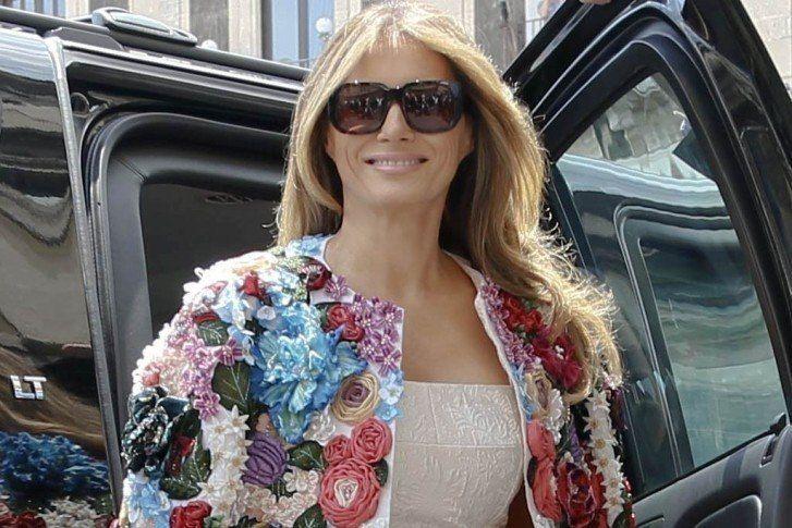 Melania Trump kembali menunjukkan kalau dia adalah FLOTUS sekaligus fashionista sejati. Ibu satu anak ini tiba di Duomo, Catania, Italia, pada Jumat (26/5/2017). Foto: Gaya Melania Trump Pakai Coat Rp 685 Juta Saat di Italia Sumber Foto Detikcom  Dalam kunjungannya ke Sisilia, Italia untuk mendampingi suaminya Presiden AS Donald Trump menghadiri pertemuan G7 summit.  Melania Trump : Foto Pake Gaun Coat Dolce & Gabbana Rp 685 Juta Di Italia  Melania Trump selalu berhasil mencuri perhatian…