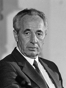 **** SHIMON PERES **** Après une carrière diplomatique entamée après la guerre d'indépendance israélienne, il devient haut-fonctionnaire au service du gouvernement israélien comme directeur adjoint, puis directeur général du ministère de la Défense entre 1953 et 1959. Après cette période, il commence une longue carrière politique. Successivement membre du Mapaï, du Rafi, de l'Alignement, du Parti travailliste et de Kadima, il siège comme ministre au sein de douze gouvernements, ce qui lui…