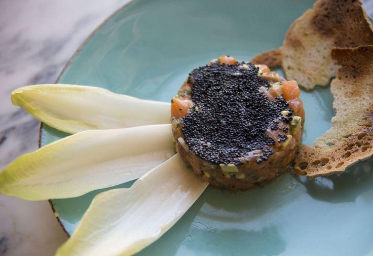 O Tártaro de salmão asiático, com caviar e pera abacate, é um dos pratos favoritos do público. ( © Miguel Soares/Observador)