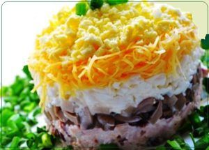 Salat s kuricej gribami i syrom