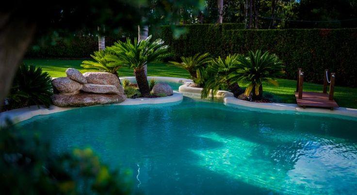 No hay que ir al Caribe para sumergirse en este paraíso. Basta con acercarse a Vilagarcía de Arousa y alojarse en el Hotel Dinajan, donde hemos sustituido una piscina rectangular por una piscina de arena realizada con NaturSand. Además, nos encargamos del paisajismo y creamos un jardín maravilloso para los clientes del hotel.  #piscinas #paisajismo #playa #hoteles #Caribe #diseño #jardín