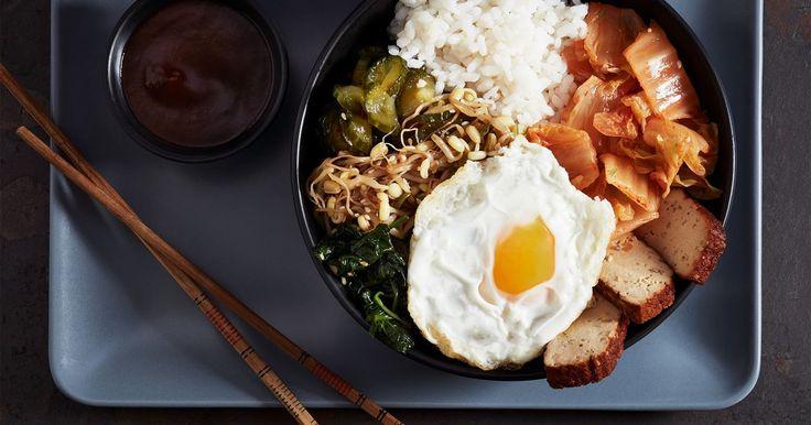 Testa en vegetarisk variant på den koreanska streetfood-favoriten bibimbap. Vill du göra egen kimchi, fermenterad kål, hittar du recept här på arla.se.