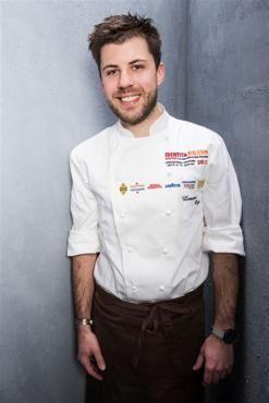 """Lorenzo Cogo, classe 1986, di Marano Vicentino, a 25 anni è diventato lo chef stellato più giovane d'Italia. Col suo ristorante El Coq di Marano Vicentino si distingue per il suo stile personale, creativo, """"istintivo"""", come ama definirlo lui"""