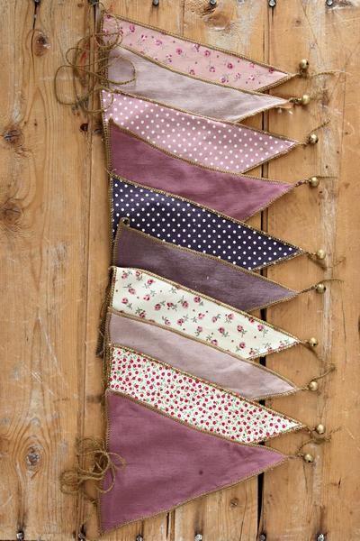 Guirlande en tissu comme chez Edith, mais sans la clochette :-) Morceaux de tissus à récolter dans des vieux fringues, vieux rideaux... (j'en ai plein à la maison!)