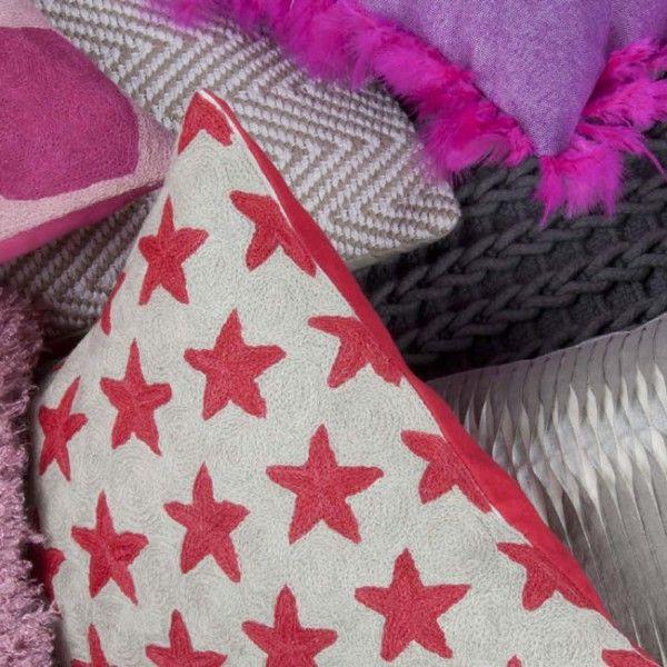 Trendiges Kissen mit handgestickten roten Sternen