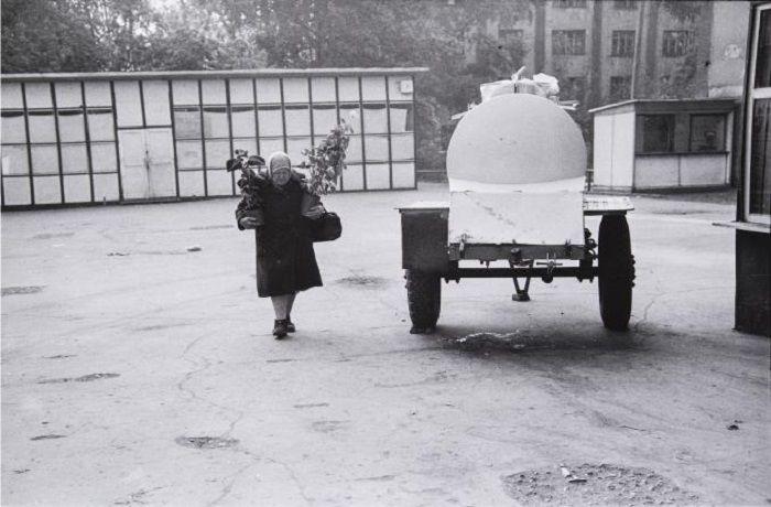 Женщина, продающая цветы на цветочном рынке по проспекту Энтузиастов. Новокузнецк, 1982 г.