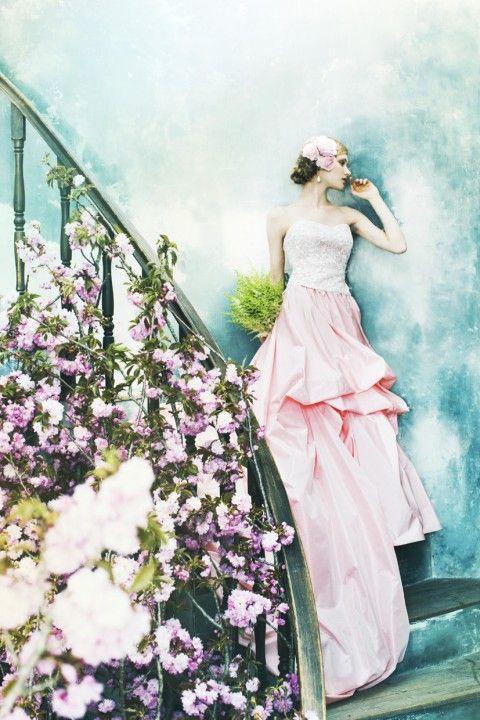 絵画に出てきそうな美しさ♡立体的なシルエットが美しいピンクのカラードレス♪シルクのカラードレス一覧♡