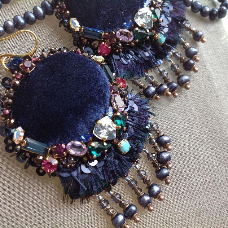 Крупные серьги с россыпью цветных Сваровски и жемчужными подвесками.Авторская вышивка.Частная коллекция.#embroidery #fashion #Earrings #swarovski #синий #серьги #украшения #бархат #перья #жемчуг #Сваровски