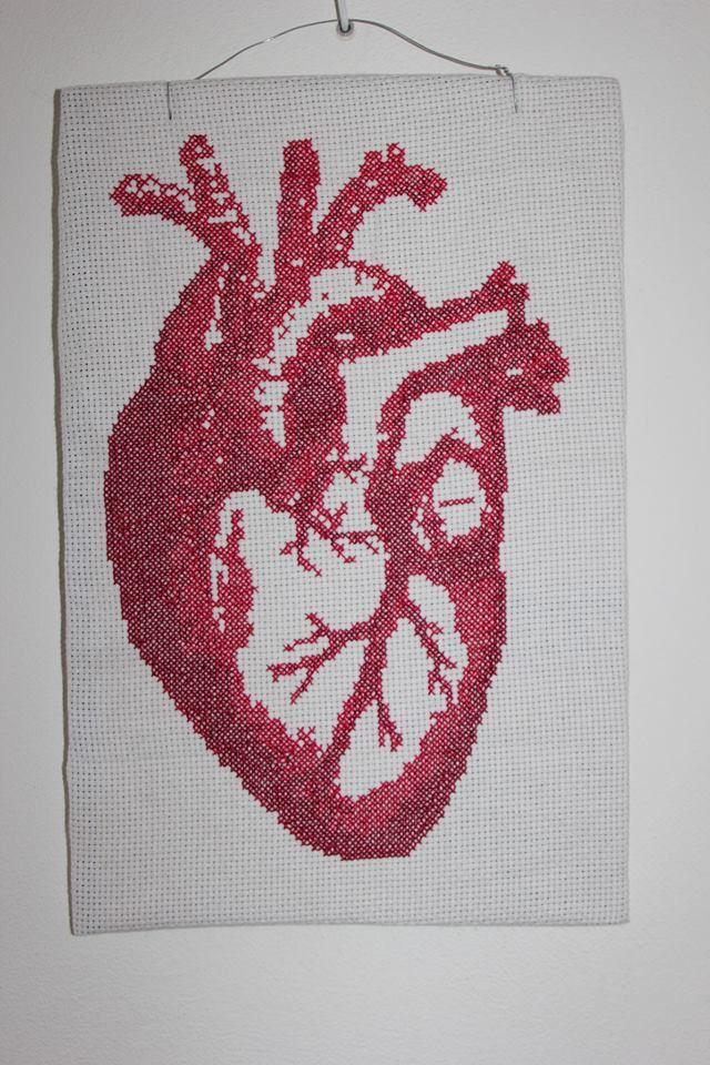 Een geborduurd anatomisch hart in twee kleuren rood. Gemaakt voor een vriendin met een vreemde fascinatie ;)