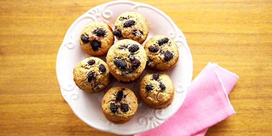 Panqueca integral e muffins de amora com cream cheese | DigaMaria