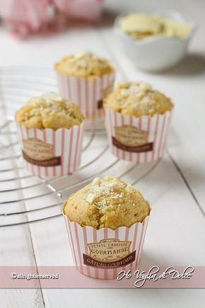 Muffin al cocco e cioccolato bianco, una ricetta veloce e facile per la colazione. Dolce ideale per consumare il cioccolato in eccesso, dolce veloce da preparare