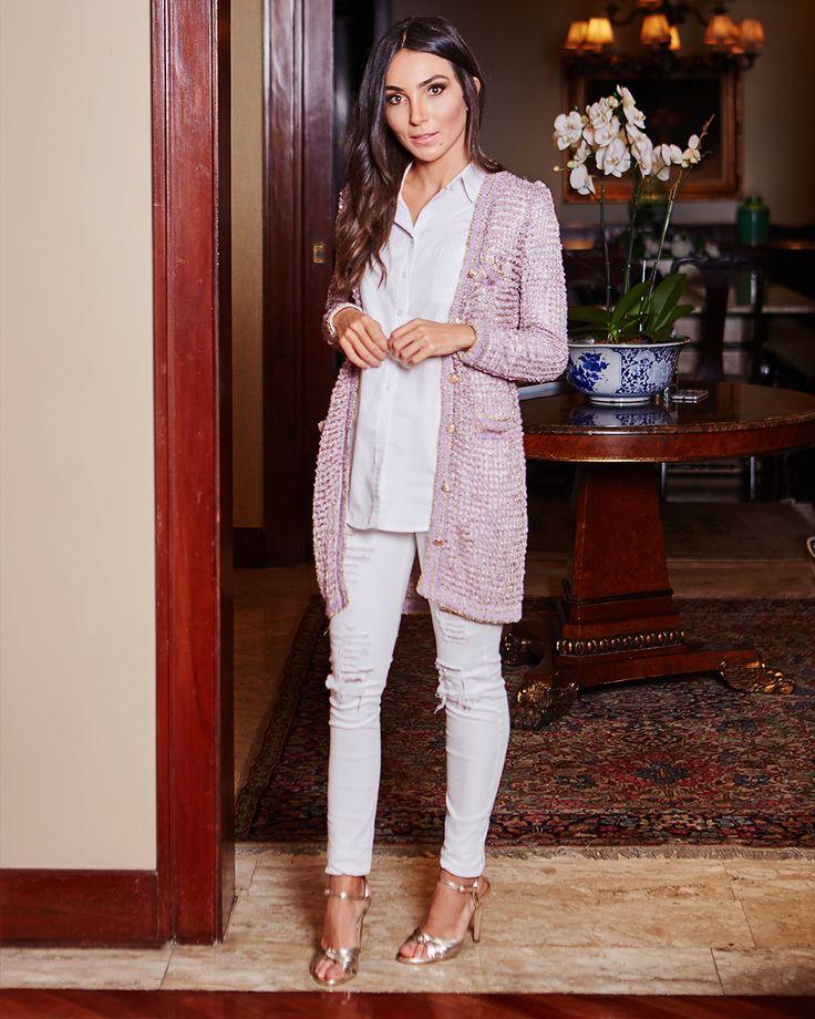 Look da Lalá Noleto com calça jeans rasgada e branca, com sandália metalizada, camisa branca e cardigã rosê.