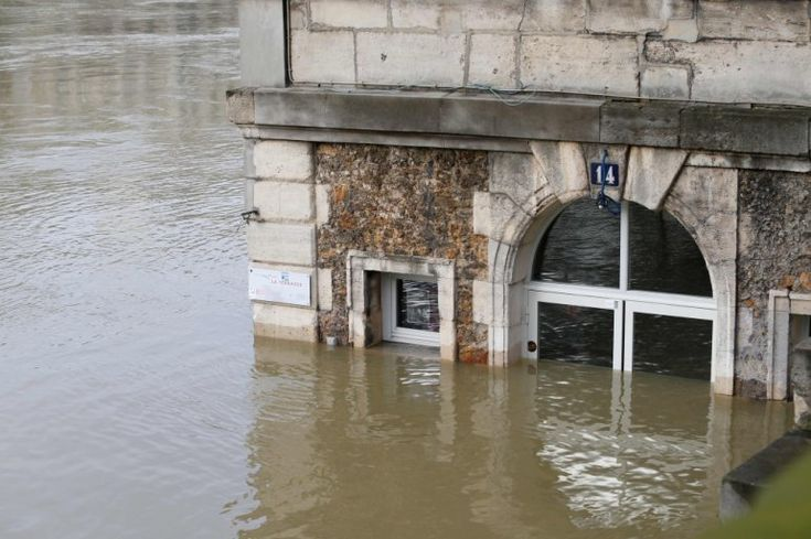 Nearly 1,500 evacuated in Paris region as rising Seine poses flood risk - January 28, 2018.  This photo was taken on January 28, 2018, shows the cafe 'Les Nautes' in Paris partly immersed in the the water of the Seine river. AFP / GEOFFROY VAN DER HASSELT