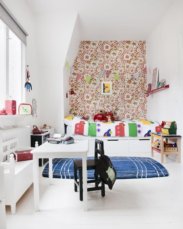 Just love the wallpaper in this room (Borås: Josef Frank Tapet Blomsterflor)