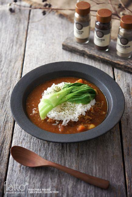 ●料理:トマトポークカレー  ●和食器:リム深皿rm-4  ●作家:su-nao home(スナオホーム)