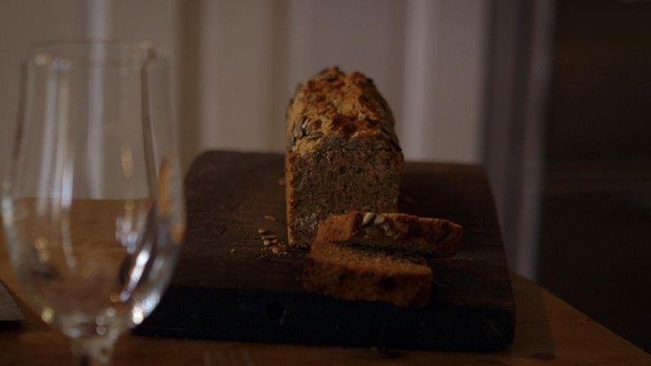 Het voorgerecht volkoren-zonnepitbrood van bier komt uit het programma Koken met van Boven. Lees hier het hele recept en maak zelf heerlijke volkoren-zonnepitbrood van bier.