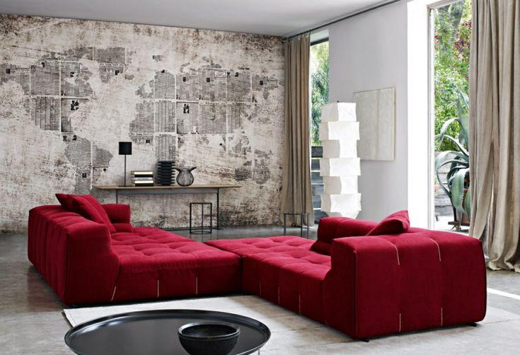 Betonwand gestaltung rotes sofa landkarte wohnzimmerwand for Farbige wohnzimmerwand
