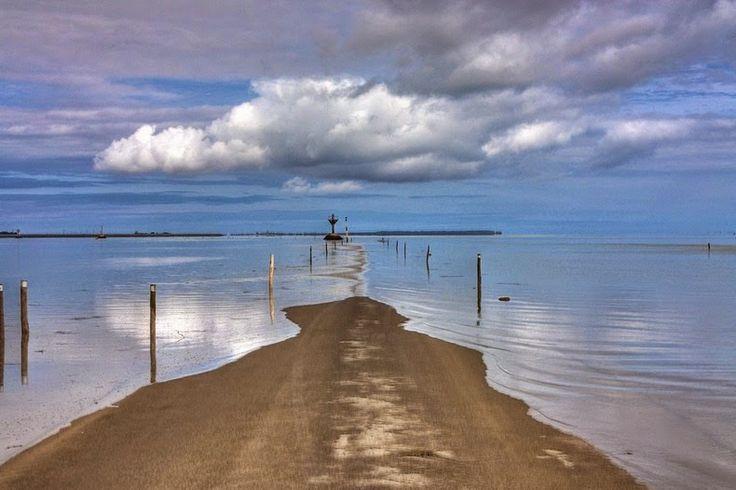 L'île de Noirmoutier est non seulement très agréable avec son microclimat mais possède également de magnifiques paysages qu'il ne vous faut pas louper lors de votre visite. Passez par le passage du Gois ; cette chaussée submersible est une des principales attractions touristiques de l'Ile.