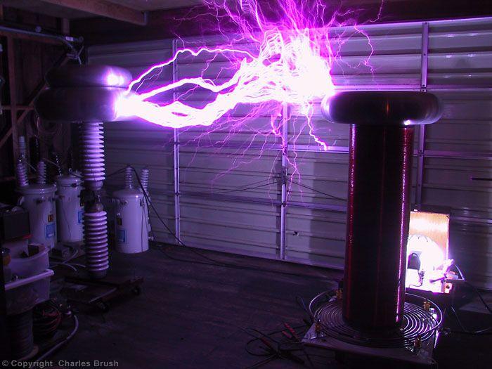 первого фотографирование электрических разрядов в темноте прохода территорию